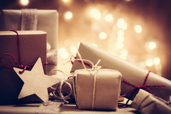 Деревенские ретро подарки, присутствующие коробки на предпосылке яркого блеска время конца рождества предпосылки красное вверх Стоковая Фотография