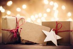 Деревенские ретро подарки, присутствующие коробки на предпосылке яркого блеска время конца рождества предпосылки красное вверх Стоковое фото RF