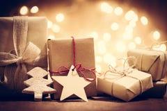 Деревенские ретро подарки, присутствующие коробки на предпосылке яркого блеска время конца рождества предпосылки красное вверх Стоковая Фотография RF