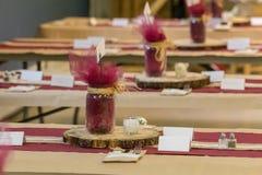 Деревенские украшения свадьбы ставят центры на обсуждение стоковые изображения