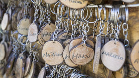 Деревенские, Handmade кольца для ключей с разнообразием people& x27; имена s, рука Стоковое Фото