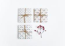 Деревенские handmade подарочные коробки на белой предпосылке Взгляд сверху, плоское положение Стоковая Фотография RF