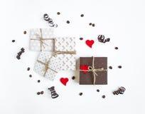 Деревенские handmade подарочные коробки на белой предпосылке украшенной с сердцами и бумага serpentine Взгляд сверху, плоское пол Стоковое Изображение RF