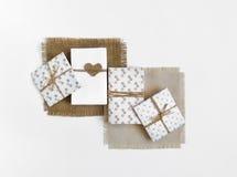 Деревенские handmade подарочные коробки на белой предпосылке украшенной с сердцем Взгляд сверху, плоское положение Стоковая Фотография