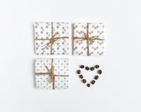 Деревенские handmade подарочные коробки украшенные с сердцем кофе на белой предпосылке Взгляд сверху, плоское положение Стоковое Фото