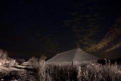 Деревенский амбар на залитой лунным светом ноче Стоковое Изображение RF