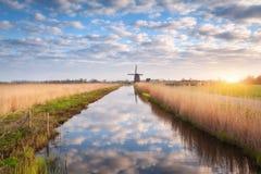 Деревенский ландшафт весны с голландскими ветрянками Стоковое фото RF