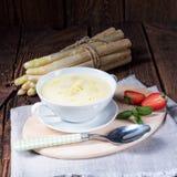 Деревенский белый суп сливк спаржи с маслом Стоковое фото RF