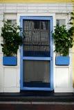 Деревенский вход и плантаторы с голубой отделкой стоковая фотография rf