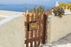 Деревенский деревянный строб вне греческого дома на острове Santorini, Греции стоковое изображение