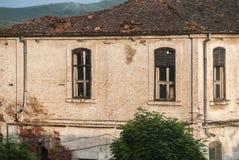 Деревенский дом родины в ясном солнечном дне стоковая фотография rf