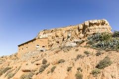 Деревенский дом сделанный из глины на холме в городке Ariza Стоковые Фотографии RF