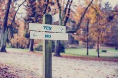 Деревенский деревянный знак с словами да - нет Стоковое Фото