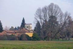 Деревенский желтый дом сельской местности стоковая фотография