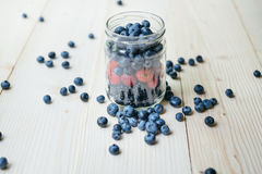 Деревенский здоровый завтрак с голубикой и клубникой в стекле на деревянном столе Стекло зрелых ягод Стоковые Изображения