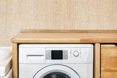Деревенский интерьер ванной комнаты Шайба покрыла полку wiith деревянную Изготовленный на заказ дисплей продукта Copyspace стоковое изображение
