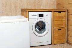 Деревенский интерьер ванной комнаты Шайба покрыла полку wiith деревянную Изготовленный на заказ дисплей продукта Copyspace стоковая фотография