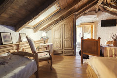 Деревенский интерьер комнаты дома горы Стоковое Изображение RF