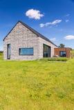 Деревенский каменный дом на луге стоковые фотографии rf