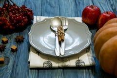 Деревенский комплект ложки столового прибора, вилки безграничность предпосылки голубая темная верхняя часть соперничает Стоковое Изображение RF