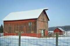Деревенский красный амбар в снеге - Висконсине стоковые фотографии rf