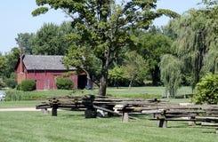 Деревенский красный амбар с загородкой разделенного рельса Стоковое фото RF