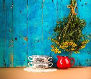 Деревенский натюрморт с 2 чашками супа и простым букетом Стоковое фото RF