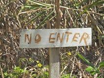 Деревенский отсутствие знака Entrer на старой покрашенной деревянной планке Стоковая Фотография