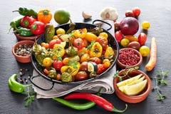 Деревенский, печь испекла овощи с специями и травами в di выпечки Стоковое Изображение RF
