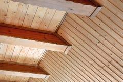 Деревенский потолок дома с широкой поддержкой деревянной балки Интерьер страны домашний Строя естественные материалы украшения стоковые изображения rf