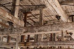 Деревенский потолок с большими лучами с краской шелушения стоковые фотографии rf
