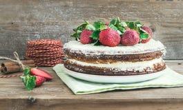 Деревенский пряный торт имбиря с завалкой сливк-сыра и свежим str Стоковые Фотографии RF