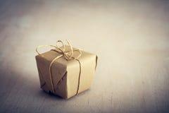 Деревенский ретро подарок, присутствующая коробка время конца рождества предпосылки красное вверх Стоковое Изображение RF