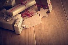Деревенский ретро подарок, присутствующие коробки с биркой Время рождества, обруч бумаги eco Стоковые Фото