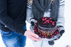 Деревенский свадебный пирог с ягодами в руке пар стоковые фото
