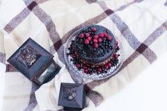 Деревенский свадебный пирог с ягодами стоковые фотографии rf