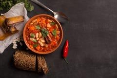 Деревенский суп фасоли почки с фасолями и морковью Стоковые Фотографии RF
