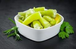 Деревенский сляб шифера с зеленым Chilis заполнил с сыром отборным Стоковые Фото
