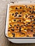 Деревенский традиционный великобританский пудинг хлеба с маслом Стоковые Изображения RF