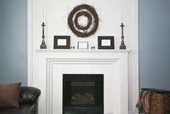 Деревенский украшенный камин и каминная доска Стоковое фото RF