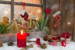 Деревенский фонарик с светами горящей свечи для рождества - классика в красном цвете Стоковое Фото