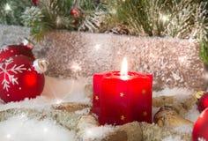 Деревенский фонарик с светами горящей свечи для рождества - классика в красном цвете Стоковое Изображение RF