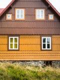 Деревенский фронт коттеджа горы в коричневом цвете и желтом цвете Стоковая Фотография