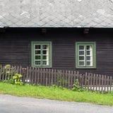 Деревенский фронт коттеджа горы в коричневом цвете и зеленом цвете Стоковые Фотографии RF