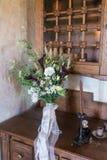 Деревенский bridal букет на деревянном кухонном шкафе Стоковое Фото