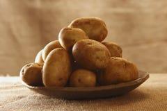 деревенское картошек плиты мешковины сырцовое Стоковое Изображение RF