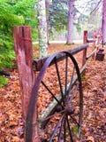 Деревенское колесо телеги на загородке Стоковое Изображение RF