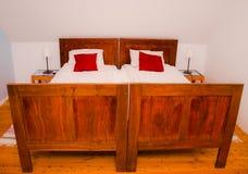 деревенское кровати квартиры самомоднейшее старое Стоковое Изображение RF