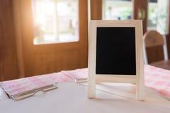 Деревенское классн классный меню шифера на деревянном столе и wi утра светлых Стоковые Изображения RF
