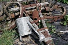 Деревенское оборудование от сельской фермы вытравлено и ржаво стоковое фото rf